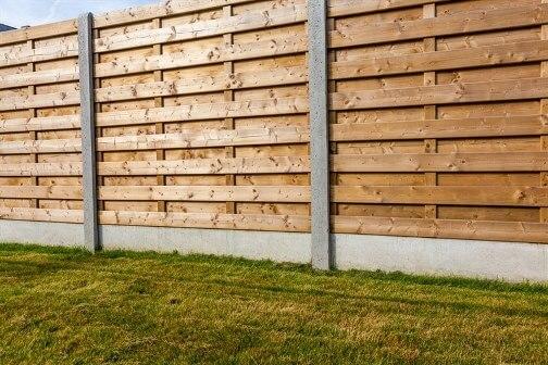 צביעת גדר עץ